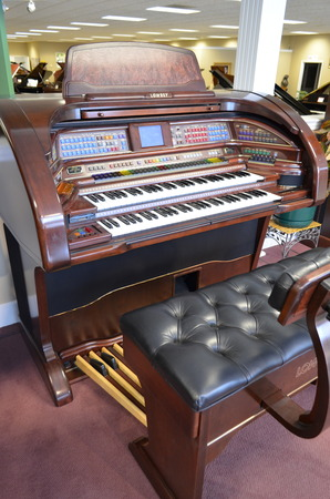 Lowrey Grand Royale SU600 Organ - Organ Pianos
